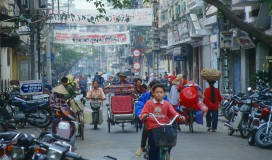 HAN Hanoi - street scene with cyclo2_b
